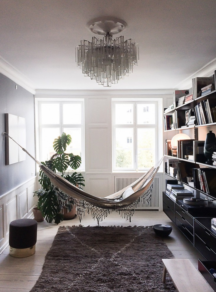 The-apartment-Ilsecrawford-hammock-remodelista